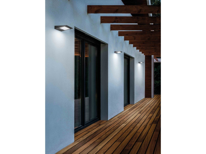 Wall lamp in dark grey painted die-casted aluminium,with a polycarbonate diffusor. The high IP rating (Ip54) makes the lampsideal for indoor and outdoor use. The lamps are fitted with a solar panel that autocharges the battery and a task sensor .This prod